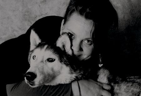 Portrait de Nanou Monterin musher , passionnée du grand Nord et des peuples amérindiens. Graphiste free-lance kumiak-design